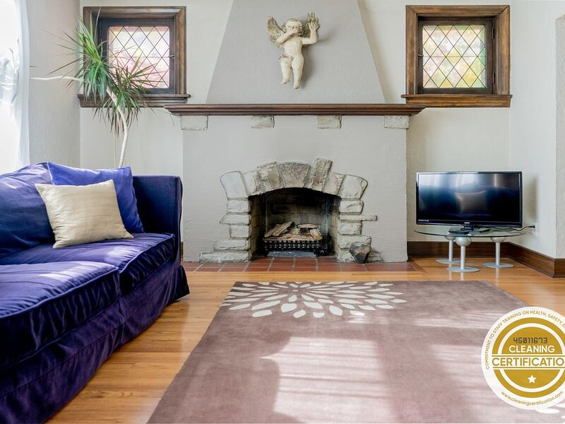Spacious and Charming Bungalow in the Heart of STL // ABODEbucks, holiday rental in Maplewood