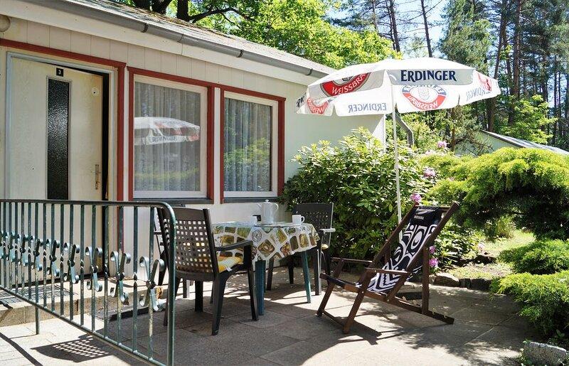 Doppelhaushälfte Bungalow 3 in Waldrandlage am See, casa vacanza a Siehdichum