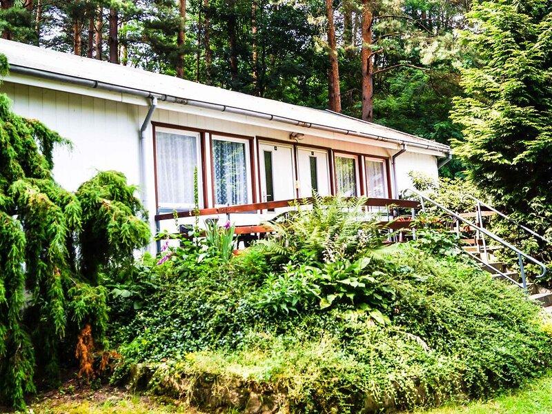 Doppelhaushälfte Bungalow 10 in Waldrandlage am See, casa vacanza a Siehdichum