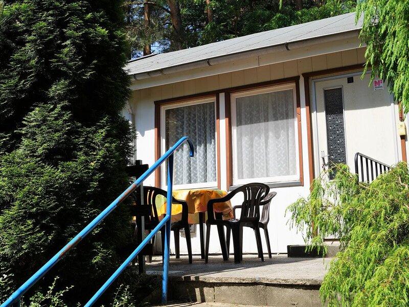 Doppelhaushälfte Bungalow 12 in Waldrandlage am See, casa vacanza a Siehdichum