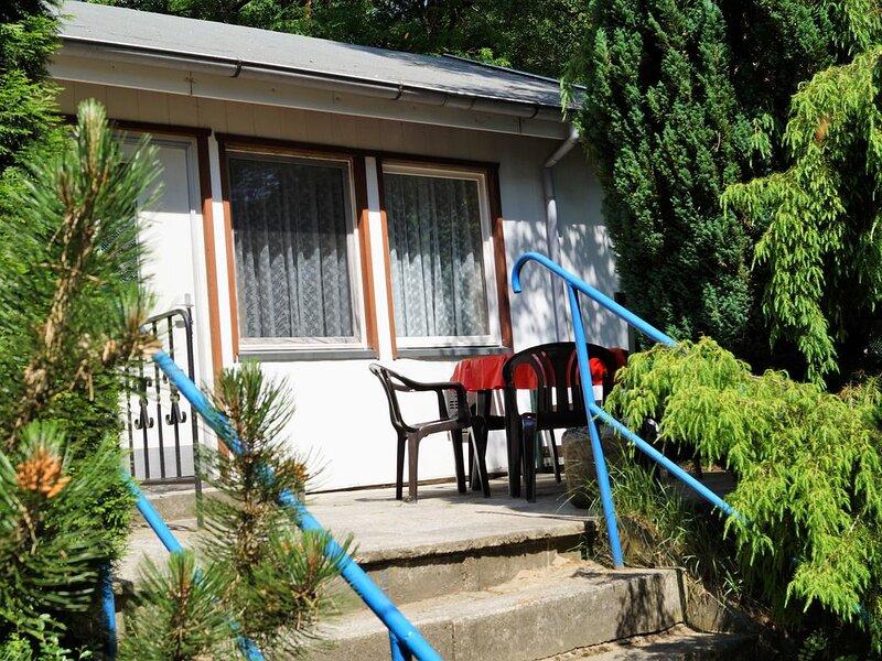 Doppelhaushälfte Bungalow 13 in Waldrandlage am See, casa vacanza a Siehdichum