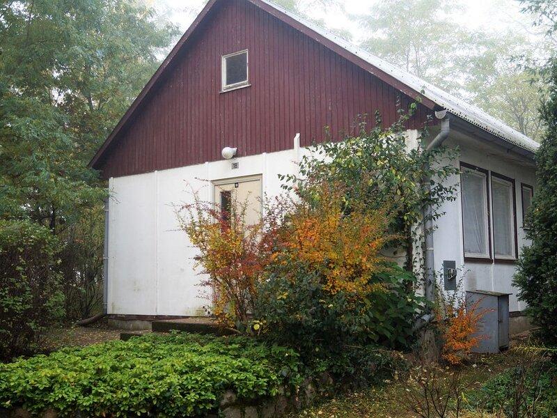 Doppelhaushälfte Bungalow 18 in Waldrandlage am See, casa vacanza a Siehdichum