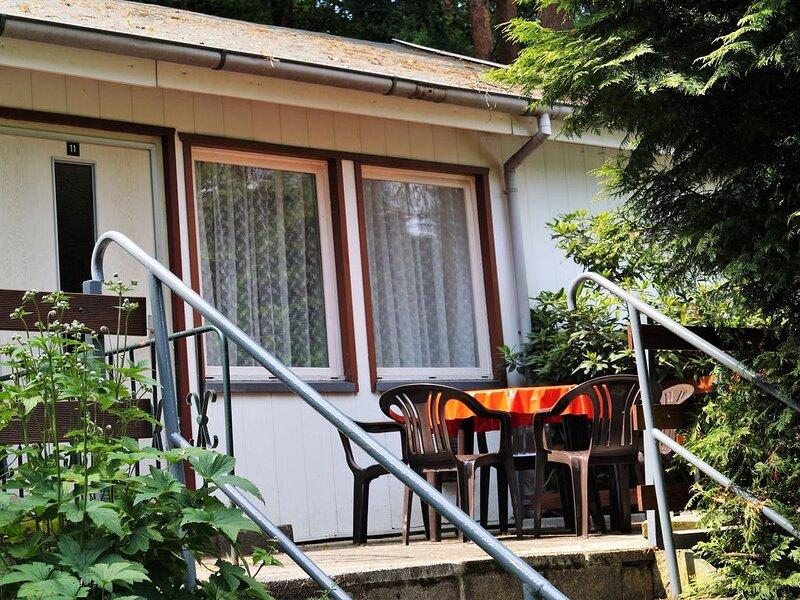 Doppelhaushälfte Bungalow 11 in Waldrandlage am See, casa vacanza a Siehdichum