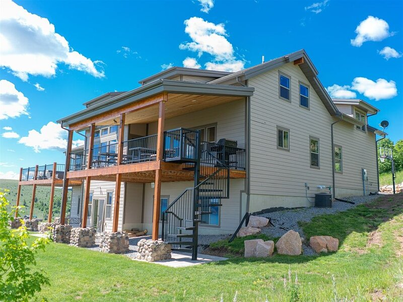 Sunrise Retreat Cabin-Spectacular views, spacious living areas, gaming & more!, holiday rental in Richmond