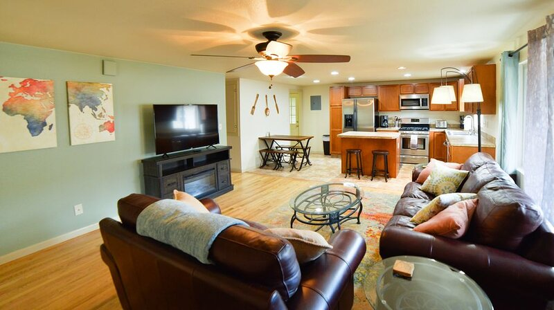 Hidden Haven-Hot Tub-minutes to downtown, holiday rental in Cimarron Hills