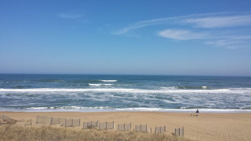 Oceanside 1 block to beach access and shops. Great reviews Great rates. Book Now, vacation rental in Kill Devil Hills