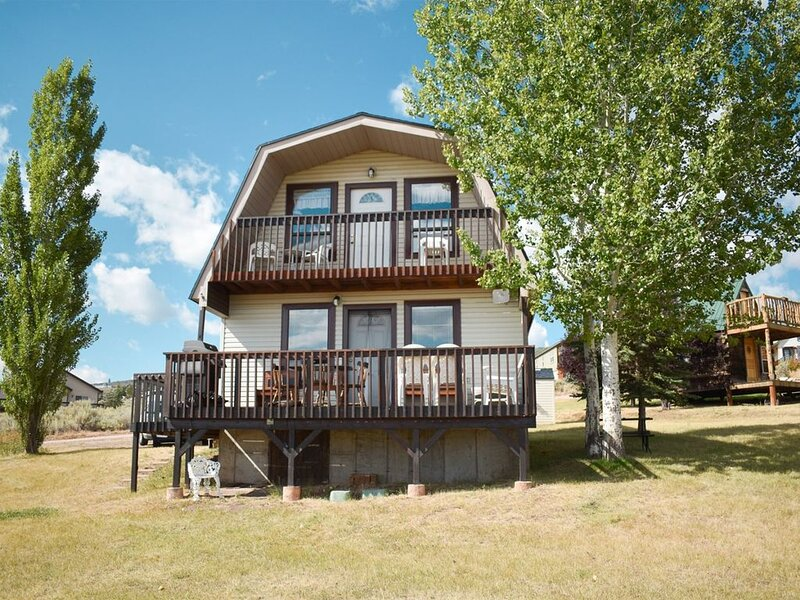 Cozy Sweetwater Cabin, Stunning views of Bear Lake, aluguéis de temporada em Laketown