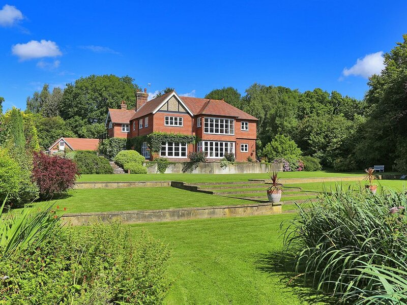 Sleeps 29 - Beautiful Country House with Hot Tub, vakantiewoning in Herstmonceux
