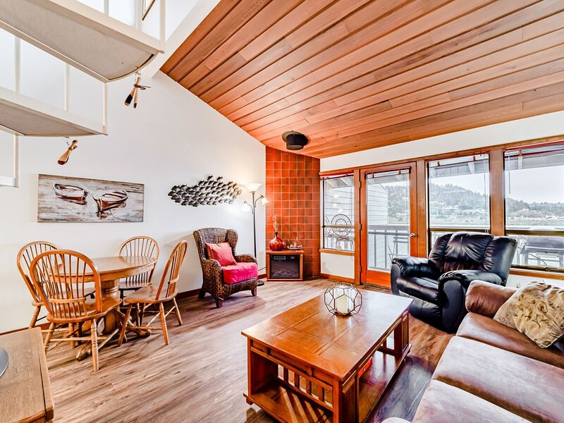 Waterfront condo by the beach w/ fantastic views - access to sauna & gym, vacation rental in Ophir