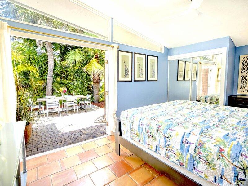 Top Location on Siesta Key! Private Gate into Village! Three Private Patios!, aluguéis de temporada em Siesta Key