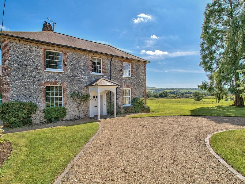 Sleeps 29 - Stunning Country House with Pool & Spa, Ferienwohnung in Chichester