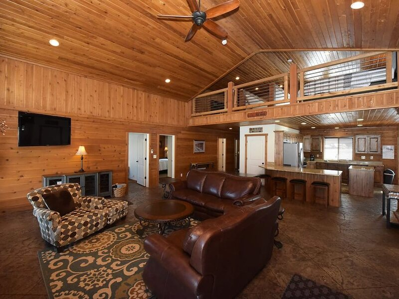 Amazing Cabin | Sleeps 14 | Close to Yellowstone | Island Park Reservoir Access, holiday rental in Island Park