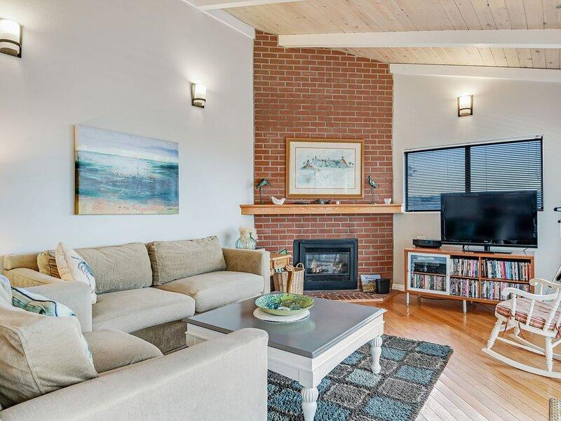 Single floor home w/ ocean views, close to beach - dog friendly & easy access!, alquiler vacacional en Cambria