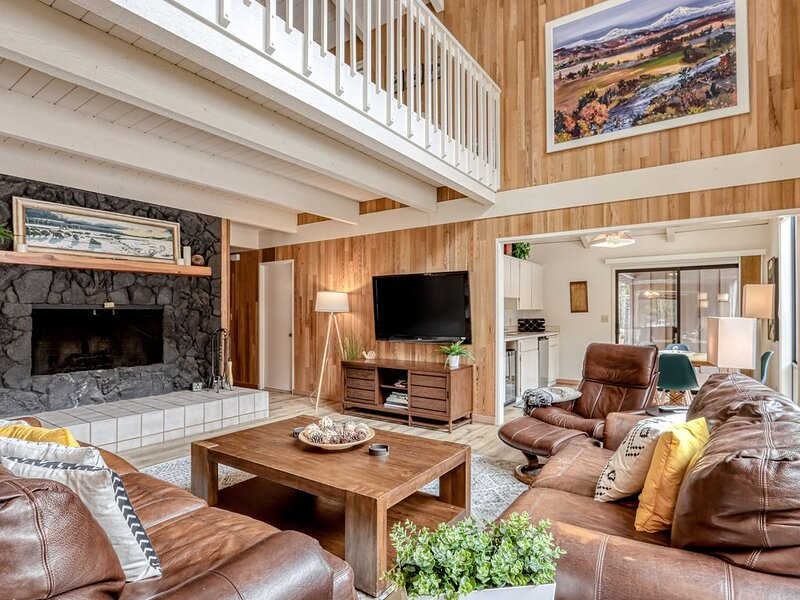 Dog-friendly home w/ private sauna, golf course view & shared pool!, aluguéis de temporada em Camp Sherman