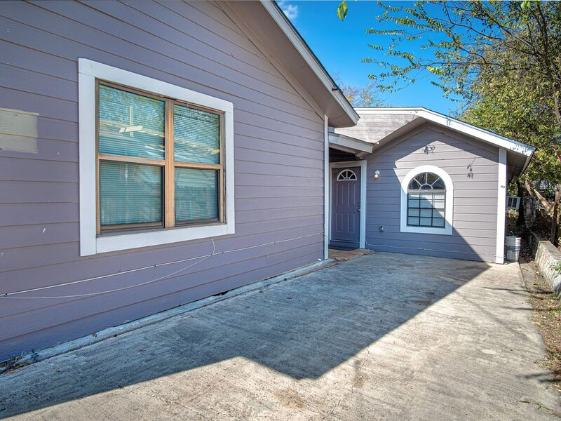 Houston St Guest house near Downtown/Military base, holiday rental in Elmendorf