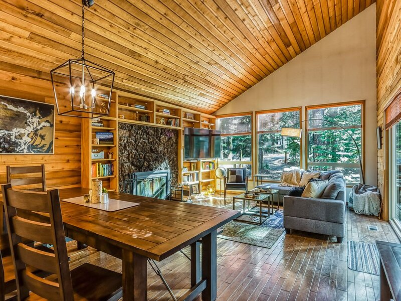 Unique & memorable home in quiet forest setting - newly installed hot tub!, holiday rental in Black Butte Ranch