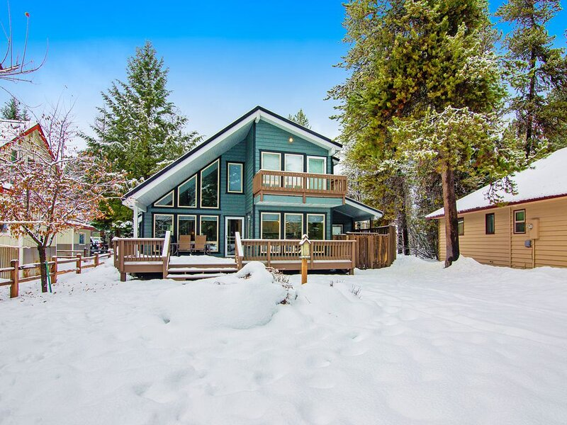 Serene, two story home on the golf course w/ a furnished deck & fairway views, holiday rental in McCall