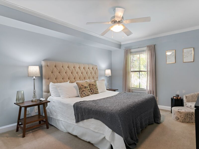 Group-size Getaway! Steps to Forsyth with PARKING GARAGE!, casa vacanza a Pooler