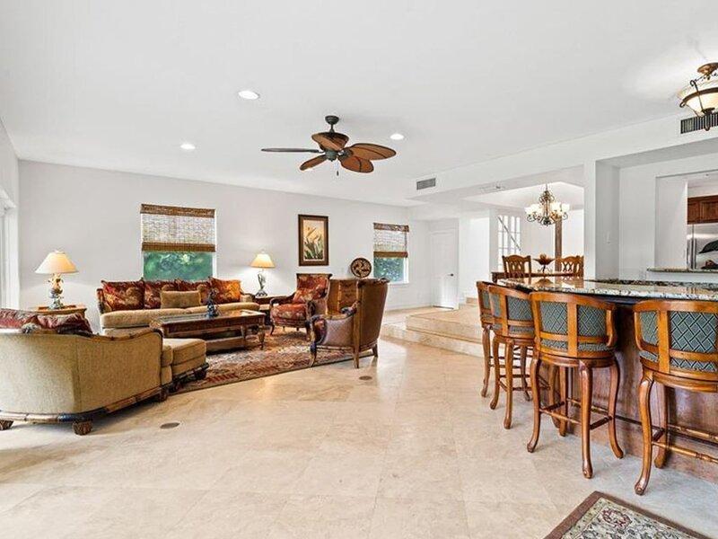 Three-level oceanfront home w/ a full kitchen, bar, balconies, & rooftop sundeck, casa vacanza a Sebastian