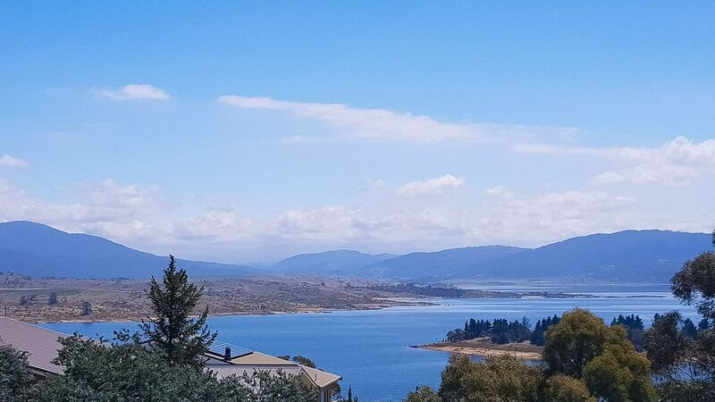 Torino 4 - An impressive 4 bedroom Jindabyne townhouse with magnificent views, vacation rental in Jindabyne