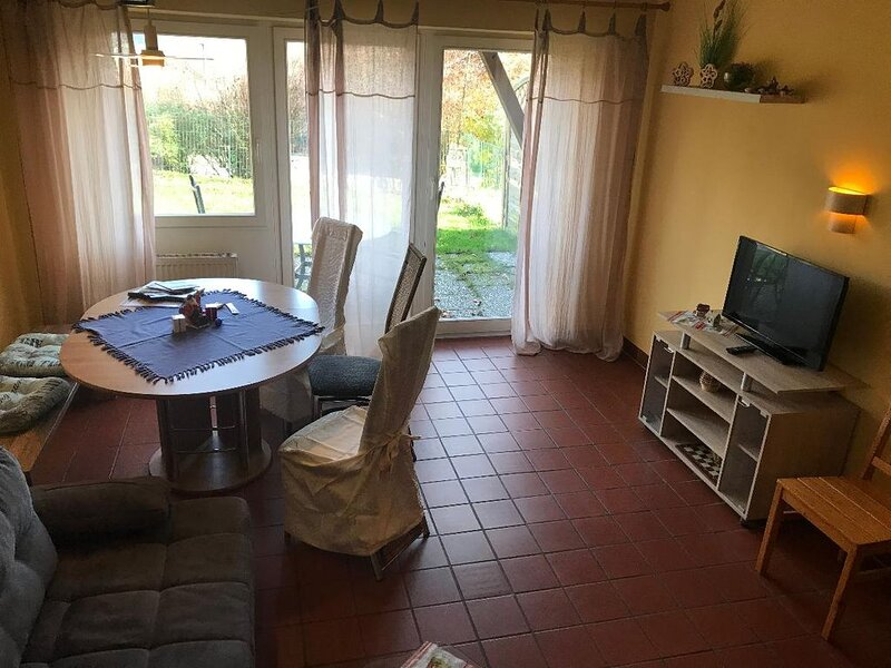 Ferienhaus mit 2 Schlafzimmern, Kaminofen, Terrasse und Garten, vacation rental in Waffenbrunn