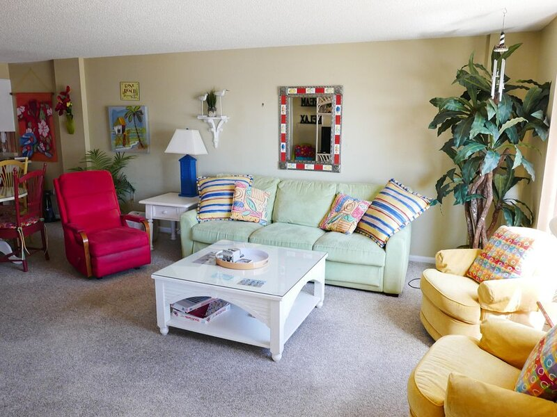 This bright and colorful 'beachy' condo is perfect for those seeking the sun!, vacation rental in Salter Path