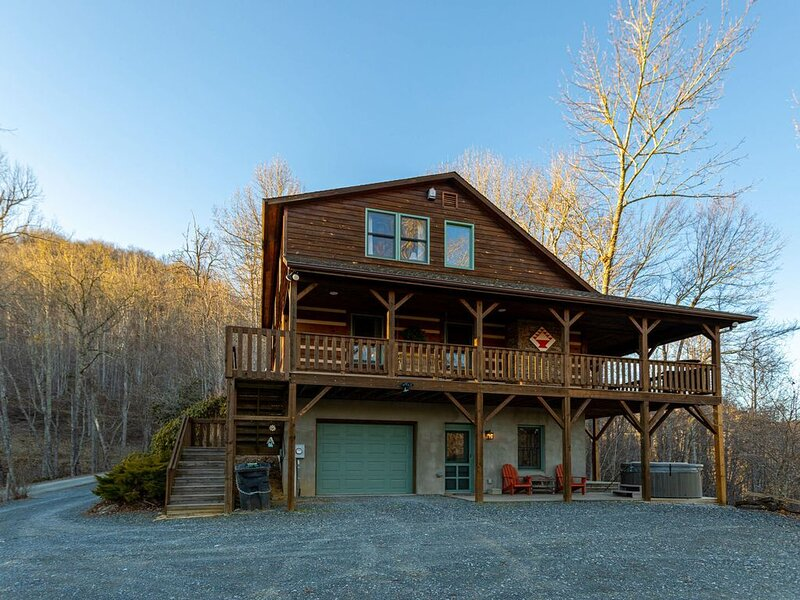 Mountain Laurel Lodge - Log Cabin in Boone with Hot Tub, Great Views & Pool Tabl, vacation rental in Vilas