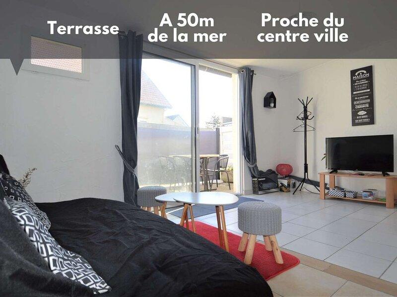 Maisonnette ☀ Terrasse et à 50m de la plage, holiday rental in Lion-sur-mer