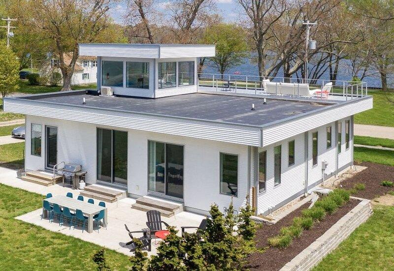 Douglas Modern Villa ❤ family friendly ❤ steps to downtown!!, holiday rental in Douglas