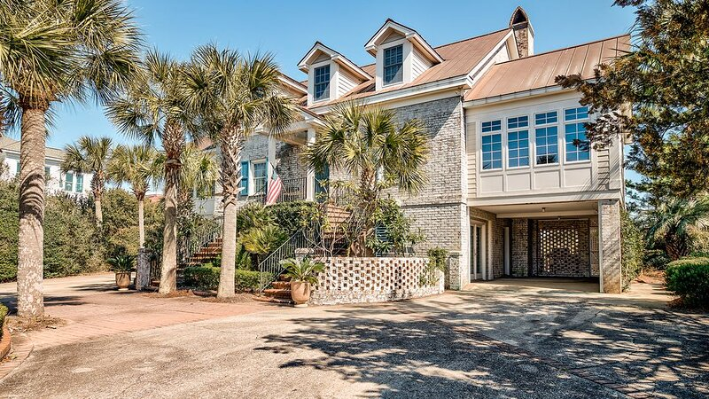 Relax and Enjoy the Spectacular Views in this Picturesque Home, holiday rental in Georgetown