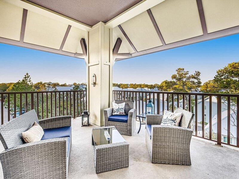 Sunny beach condo w/ a full kitchen, shared pools, & private beach access, casa vacanza a Blue Mountain Beach