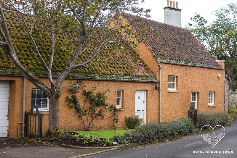 Unique cosy cottage with stunning gardens & private front door, location de vacances à Prestonpans