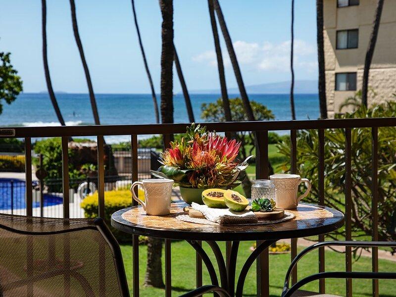 Maui Right On The Beach! Kitchen & Bathrooms remodelled. *Kanai A Nalu 212*, Ferienwohnung in Wailuku