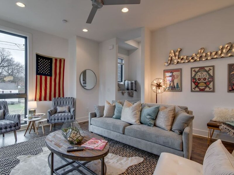 Stunning, 4 story urban home overlooking the downtown skyline! 0.3 miles to Nashville's BEST bars, restaurants and shops!