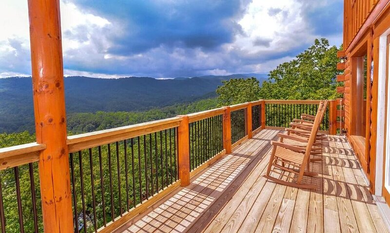 Splashin' · Indoor Pool & Theater Room! Sleeps 20 Great Views!, vacation rental in Pigeon Forge