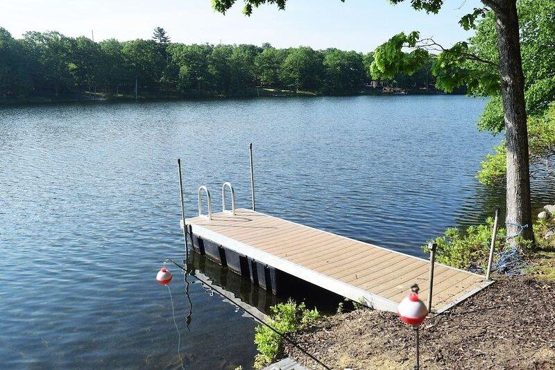 Amazing Lakefront with large deck, Pool, pvt dock, boats – semesterbostad i Bushkill