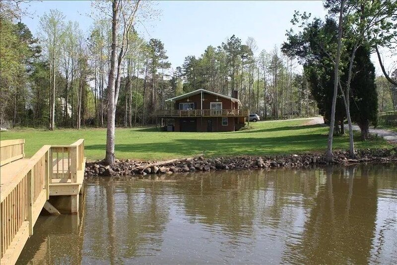 2 BR House with Lake Frontage, Floating Dock, and Boat Launch, alquiler vacacional en Gold Hill