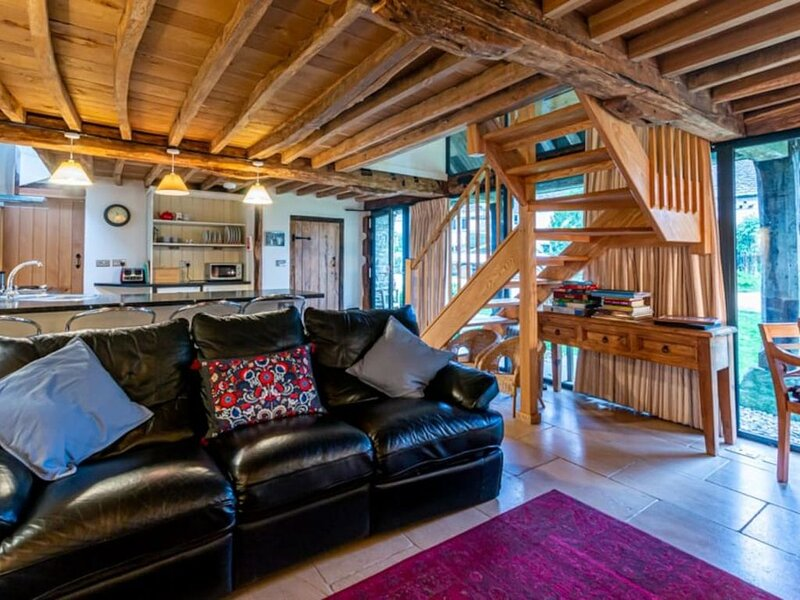 Converted barn in the Cotswolds countryside. Dog friendly and self check in avai, holiday rental in Whitminster