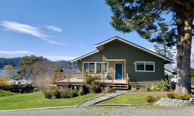 A Home On The Harbor- Beach, Water Views, Quiet, S. Whidbey, holiday rental in Freeland
