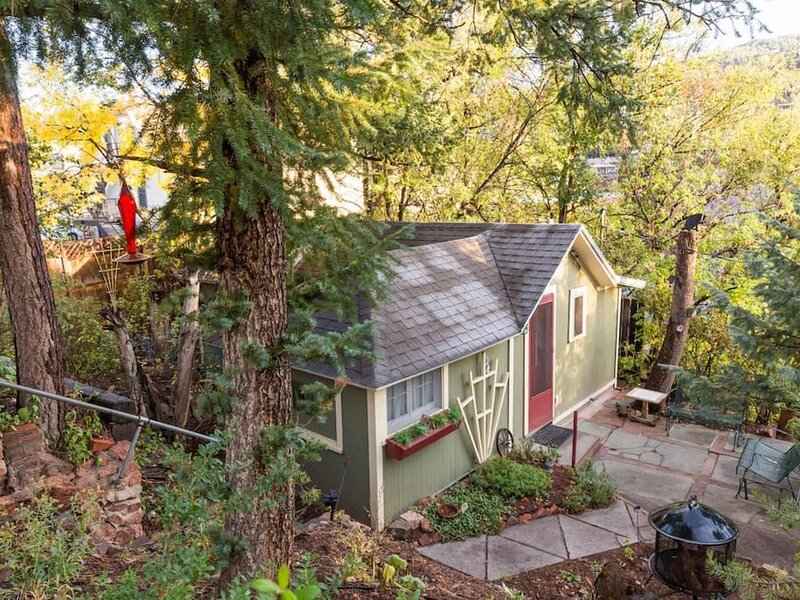 Cozy Garden Retreat Cottage In The Heart Of Downtown Manitou Springs, location de vacances à Manitou Springs