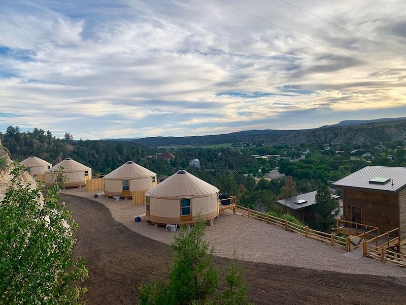 Yurt Overlook at East Zion Resort #4 (2 King Beds), holiday rental in Mount Carmel