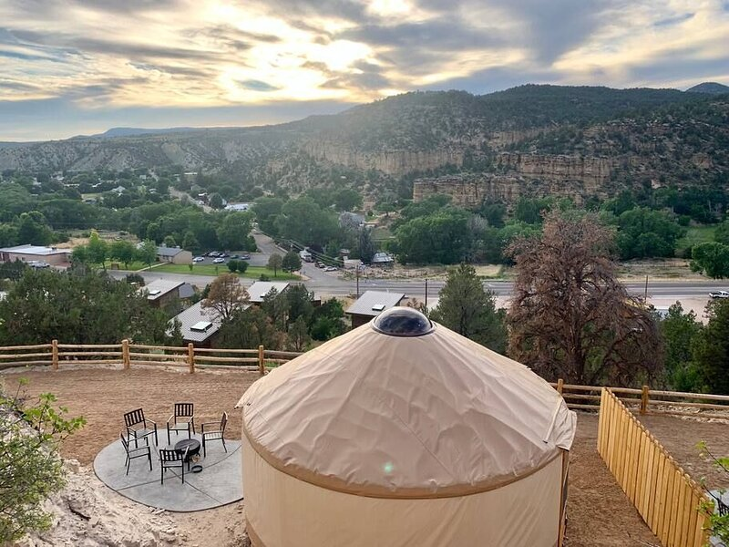 Yurt Overlook at East Zion Resort #2 (King Suite), holiday rental in Mount Carmel