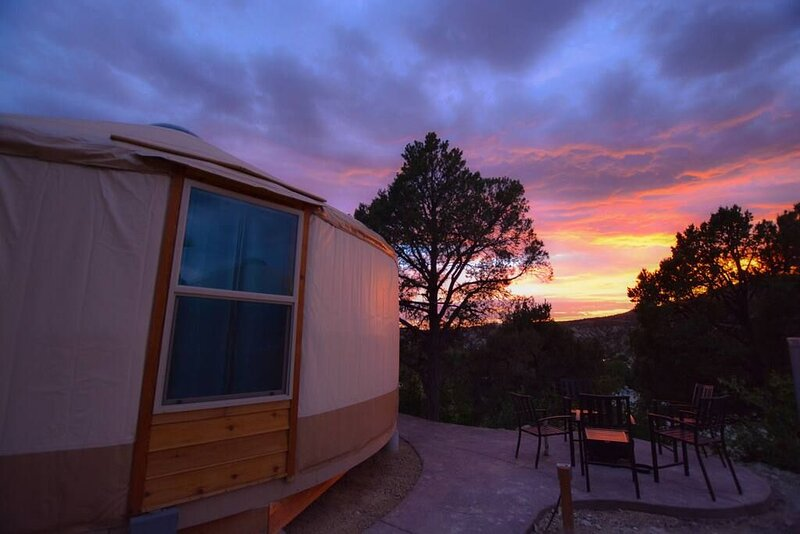 Yurt Overlook at East Zion Resort #9 (2 King Beds), holiday rental in Mount Carmel