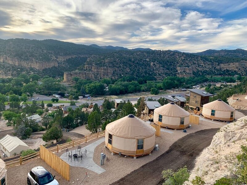 Yurt Overlook at East Zion Resort #6 (2 King Beds), holiday rental in Mount Carmel