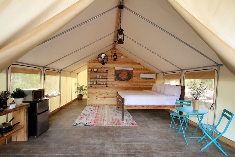 Glamping Tent #6 (King Suite), holiday rental in Mount Carmel