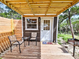 Texas Hill Country Cottage with pool access (La Cabana de Azurca)