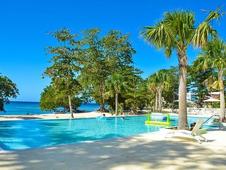 Negril 2, Ocean Front, Beach, Pool Free Wifi, A/C, Outdoor Kitchen, Hot Tub.