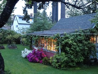 Cosy Garden Cottage-Close To Town