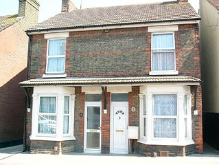 3 bedroom Victorian semi-detached house with Wi-Fi and a nice garden