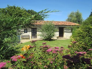 L'Ecurie - pretty 1 bedroom cottage with shared pool